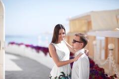 La lune de miel heureuse d'un couple de chute-dans-amour marche dehors Un beau couple des vacances d'été Amants ayant l'amusement Photographie stock