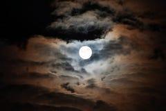 La lune illumine coloré les nuages Photographie stock libre de droits