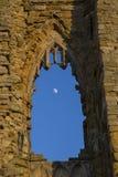 La lune par une fenêtre arquée Images stock