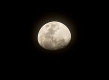 La lune presque complètement, sur le ciel noir Photos libres de droits