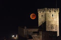 La lune rouge de sang au-dessus de la vieille ville de Caceres photos stock