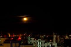 La lune se lève au-dessus des lumières de la ville de nuit Laps de temps Photos stock