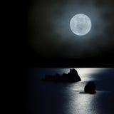 La lune se lèvent vers le haut au-dessus de l'océan image libre de droits