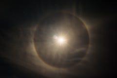 La lune soit encerclée par un halo ou une couronne image stock