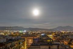 La lune superbe se lève au-dessus de Salonique, Grèce Photos stock