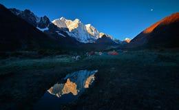La lune sur la pente est du mont Everest Photographie stock libre de droits