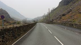La lunga strada di Snowdonia immagine stock libera da diritti