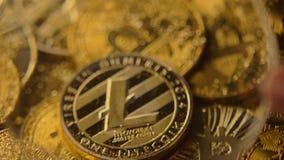 La lupa aumenta el modelo Lying de Litecoin en las monedas de Bitcoin macras almacen de metraje de vídeo