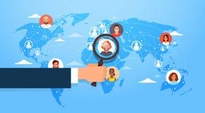 La lupa del control de la mano elige al candidato Job Position Business People para emplear sobre mapa del mundo ilustración del vector