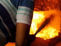 La lutte contre l'incendie s'éteignent le foret Photographie stock