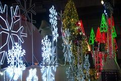 La luz adorna hermoso en la celebración del árbol de navidad Fotos de archivo