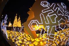 La luz adorna hermoso en la celebración 2017 del árbol de navidad Imágenes de archivo libres de regalías