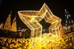 La luz adorna hermoso en la celebración 2017 del árbol de navidad Imagen de archivo libre de regalías