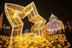 La luz adorna hermoso en la celebración 2017 del árbol de navidad Foto de archivo libre de regalías