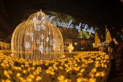 La luz adorna hermoso en la celebración 2017 del árbol de navidad Imagenes de archivo