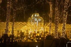 La luz adorna hermoso en la celebración 2017 del árbol de navidad Fotos de archivo