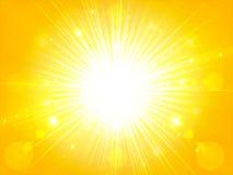 La luz amarillo-naranja del sol del verano estalló el sol del verano que brillaba, CCB imagenes de archivo