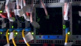 La luz anaranjada del centelleo ilumina interiores de un interruptor de red almacen de metraje de vídeo