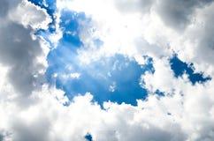 La luz brilló de la nube, primer del cielo azul, el sol brillado a través de las nubes Imagenes de archivo