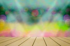 La luz brilla abajo al piso de madera Luces coloridas y bokeh, chispeando maravillosamente para los papeles pintados imagenes de archivo