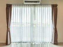 La luz brilla a través de las cortinas blancas fotos de archivo libres de regalías