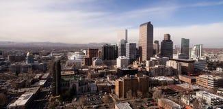 La luz de la última hora de la tarde golpea los edificios de Denver Color céntrico foto de archivo