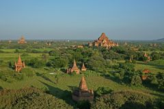 La luz de la última tarde coge los ladrillos rojos del templo de Dhammayan Gyi en los llanos de Bagan, en Myanmar Foto de archivo libre de regalías