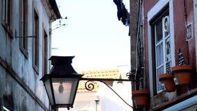 La luz de calle en un pasillo viste la ejecución en el lado de un edificio almacen de metraje de vídeo
