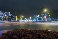 La luz de la ciudad en la noche con las rayas de color claro del coche conserva belleza Fotografía de archivo