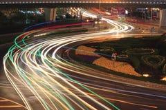 La luz de la carretera de la ciudad arrastra noche en Shangai Fotografía de archivo libre de regalías