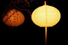 La luz de la linterna en la noche y refleja el efecto del espejo con el fondo negro abstracto Fotos de archivo libres de regalías