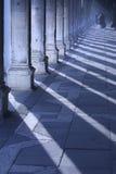 La luz de la madrugada echa sombras largas en la plaza de San Marco, Veni Fotos de archivo
