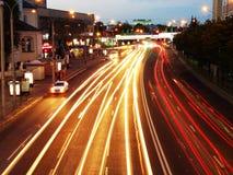La luz de las linternas de coches en el camino en la noche imágenes de archivo libres de regalías