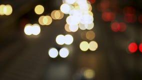 La luz de las linternas del coche, el movimiento de coches en la ciudad en la noche, el movimiento de coches en la carretera blur almacen de video