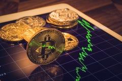 La luz de la muestra de Bitcoin refleja de gráfico del mercado del precio Imagen de archivo