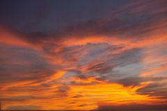 La luz del cielo del misterio del cielo, en la atmósfera de oro crepuscular, diseño moderno de la estructura de la hoja, nuevo ne fotos de archivo libres de regalías