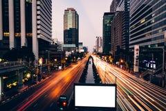 La luz del coche se arrastra en el camino de Sathorn, centro de negocios de Bangkok, Tha foto de archivo libre de regalías