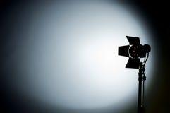 La luz del estudio de la película de Hollywood tuvo como objetivo el backgrou Foto de archivo