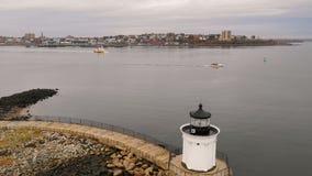 La luz del insecto del faro del rompeolas de Portland lleva a marinos en el puerto metrajes