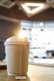 La luz del sol brilla en la taza de té imagen de archivo