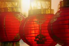 La luz del sol brilla a través de la linterna china roja Fotos de archivo