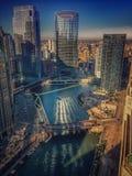 La luz del sol brilla a través de los edificios de Chicago, haciendo modelos en el agua Fotografía de archivo libre de regalías