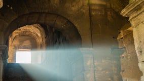 La luz del sol que viene de una ventana del Colosseum en Roma, enfoca adentro almacen de video