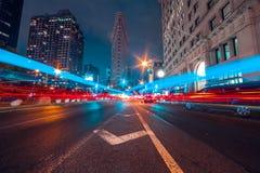 La luz del taxi se arrastra en el camino cruzado en New York City foto de archivo libre de regalías