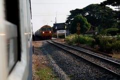 La luz del tren llega estación Fotografía de archivo libre de regalías