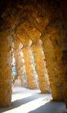 La luz pasa a través de las columnas en un parque famoso en Barcelona, España Foto de archivo