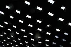 La luz que brilla abajo del tejado del mercado Fotos de archivo
