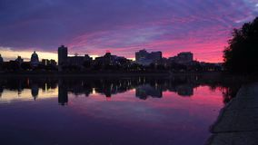 La luz rosada llena las nubes sobre el capitol del estado de Pennsylvania los E.E.U.U. metrajes