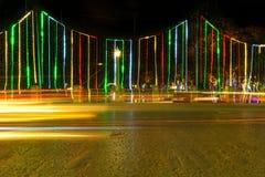 La luz se arrastra de la decoración del tráfico y de la calle del Año Nuevo, Siem R Fotos de archivo libres de regalías