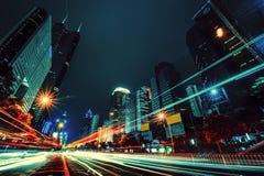 La luz se arrastra en el fondo moderno del edificio en China de Shenzhen imagenes de archivo